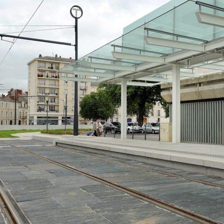 angers-tram-dalle-basalte-quai-de-bus-granit-gris-blanc-alcantara