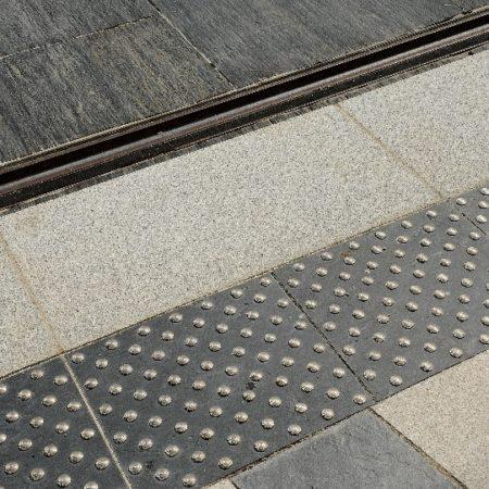 angers-tram-dalle-podotactile-granit-gris-blanc-alcantara
