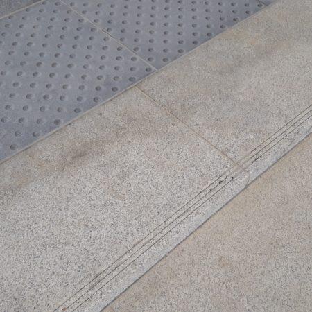 bagnolet-la-noue-dalle-podotactile-granit-gris-bleu-pietro-et-dalle-marche-granit-gris-nacional